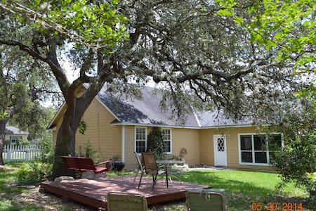 Charming Hill Country home near downtown Boerne - Hus