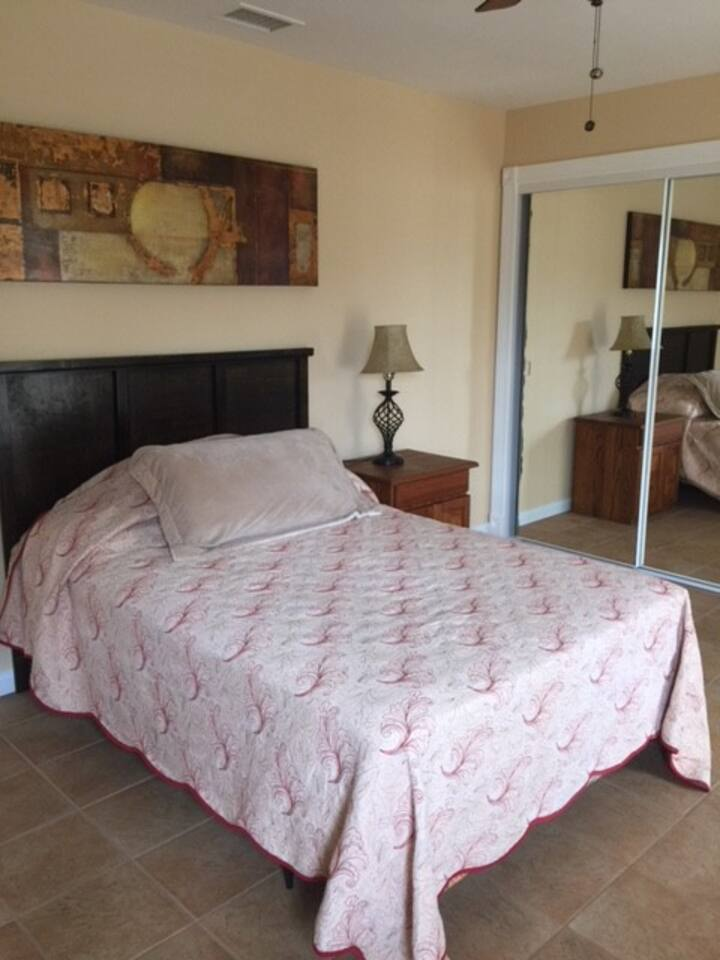 Private Room with En Suite Bth in a 6bd 3bth House