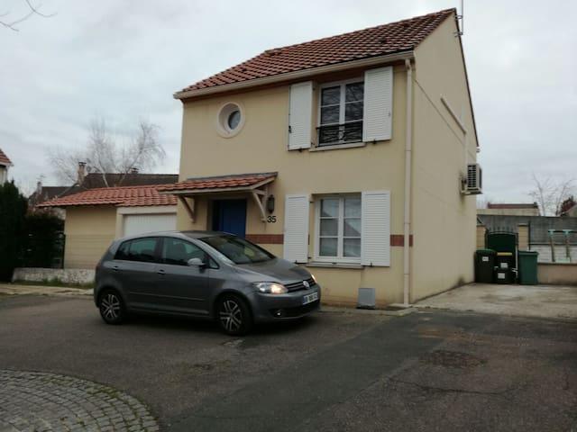 Grande chambre dans maison au calme et proche RER - Saint-Germain-lès-Arpajon - Ev