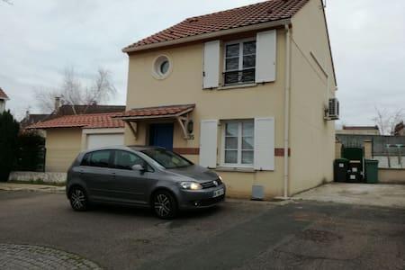 Grande chambre dans maison au calme et proche RER - Saint-Germain-lès-Arpajon - 独立屋