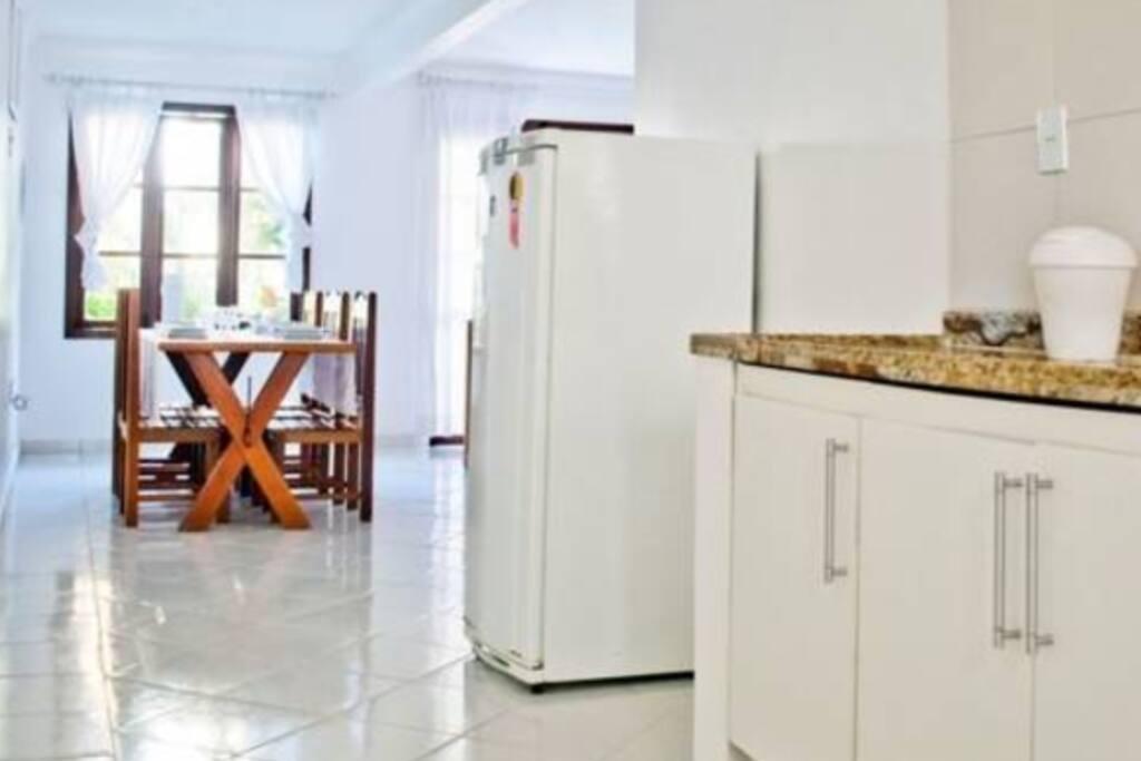 Cozinha mobiliada (fogão, geladeira, etc) e utensilios (panelas, pratos, copos, etc)