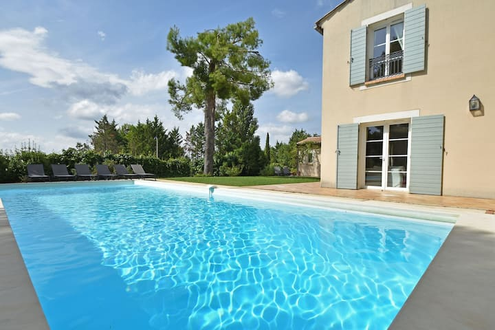 Smashing Villa in Campagnan with Swimming Pool