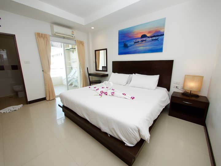 ⭐  Modern Double Room w Balcony in ❤️ of Patong ⭐