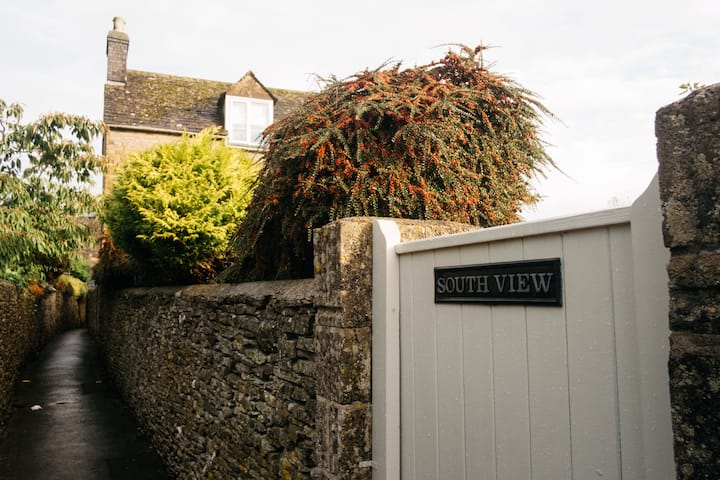 Pretty Detached cottage Stow on the Wold Cotswolds