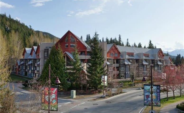 Lake Placid lodge by Creekside Gondola - Whistler - Byt