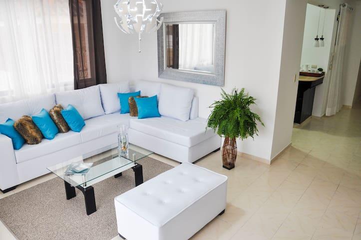 Amplia sala, con moderna y contemporánea decoración, perfecta para compartir con amigos y familiares.