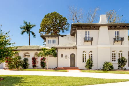 Gorgeous 4 bed Estate w/ Pool-Close to Everything