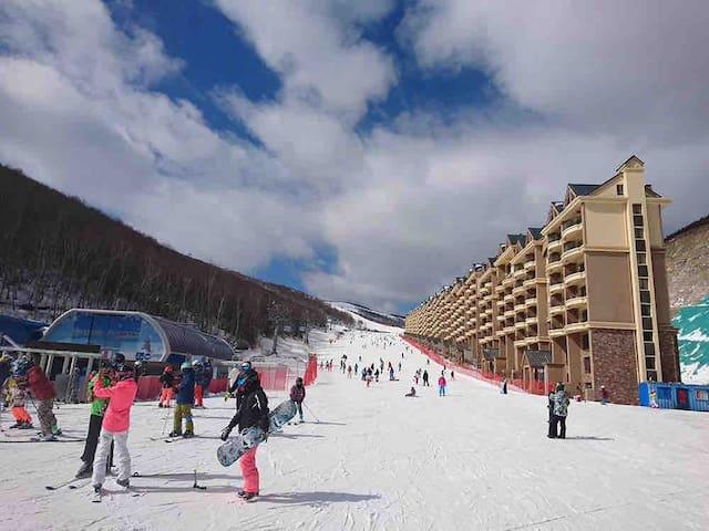 张家口云顶滑雪场内真正滑进滑出五星级复式公寓