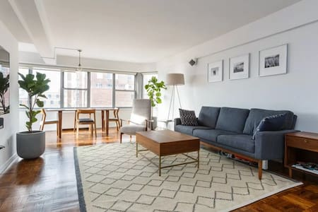 Live like a celebrity! You'll feel like you are on top of the world with commanding views from one of the highest floors around - just steps the subway and all the dining and nightlife that the West Village and Meatpacking have to offer!