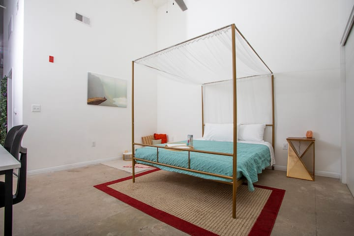 Modern boho loft w/ view | ♛Queen Bed | gated prkg