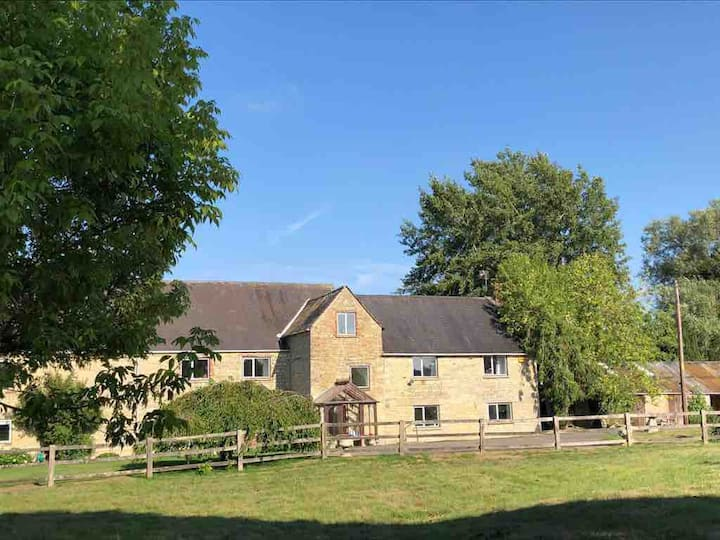 Farmhouse: 6 acres + games rooms, modern amenities