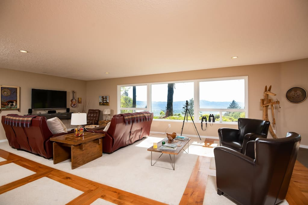 Spectacular view from the living room. Use our binoculars to watch eagles, osprey, and hawks fish and hunt in the Columbia Gorge.