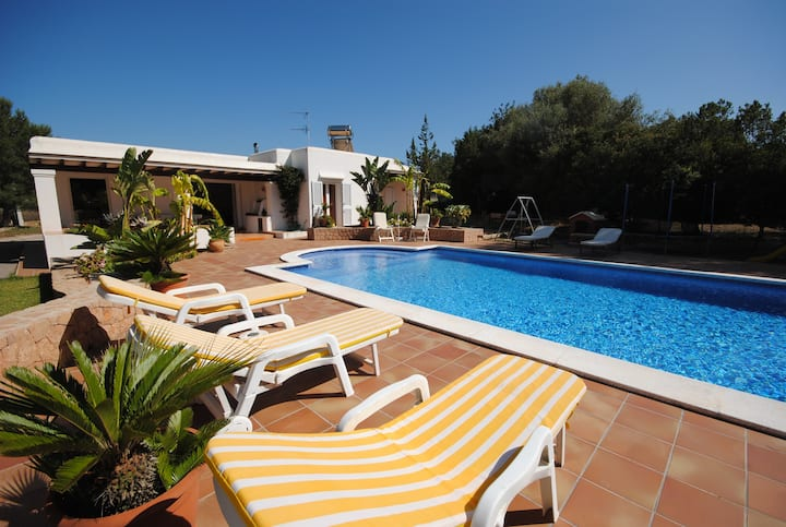 Country Villa, Pool, Sleeps 4, Ideal for Families