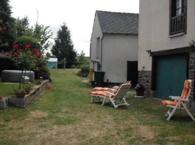 Welcome chez nous, centre village avec jardin