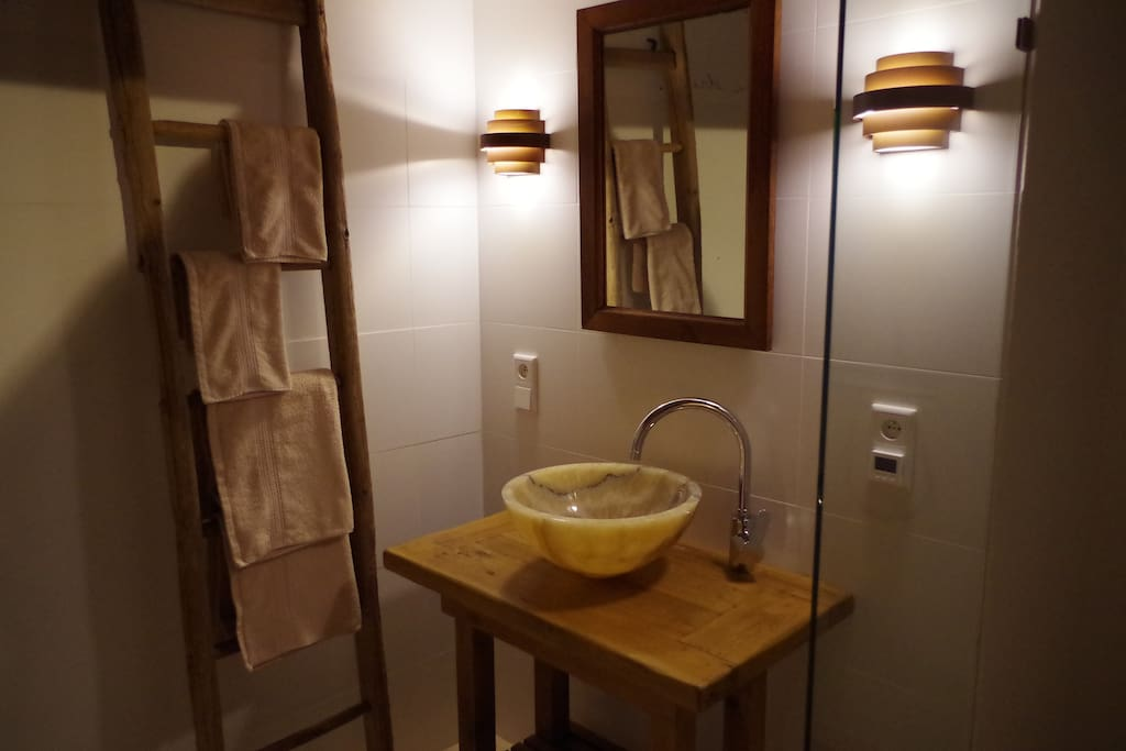 Badkamer met inloopdouche en spa