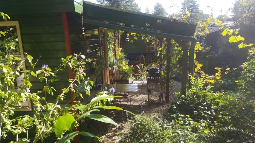 Houten chalet idyllish gelegen aan de bosrand