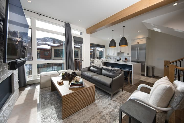 Sophisticated townhome with mountain views and access to amenities