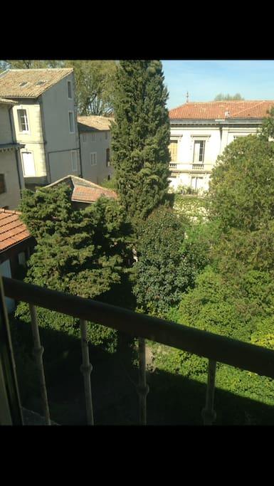 La vue de l'appartement aux jardin