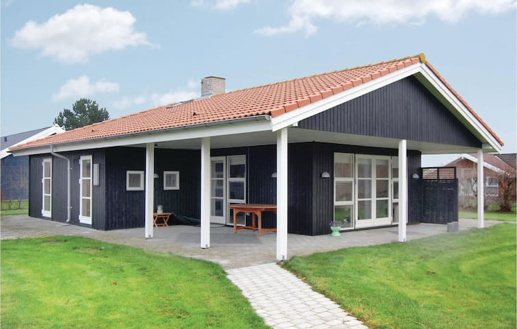 Holiday cottage with 3 bedrooms on 105m² in Rødby