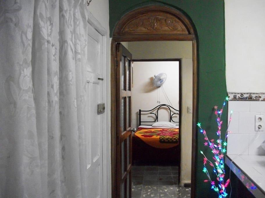 Vista actual de la puerta principal del cuarto.