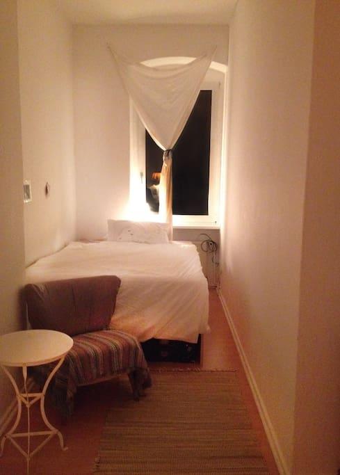 Das Zimmer hat jetzt ein 140x200cm-Bett.