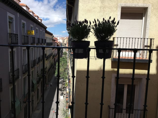 Clean beautiful Bedroom with balcony in gran Via