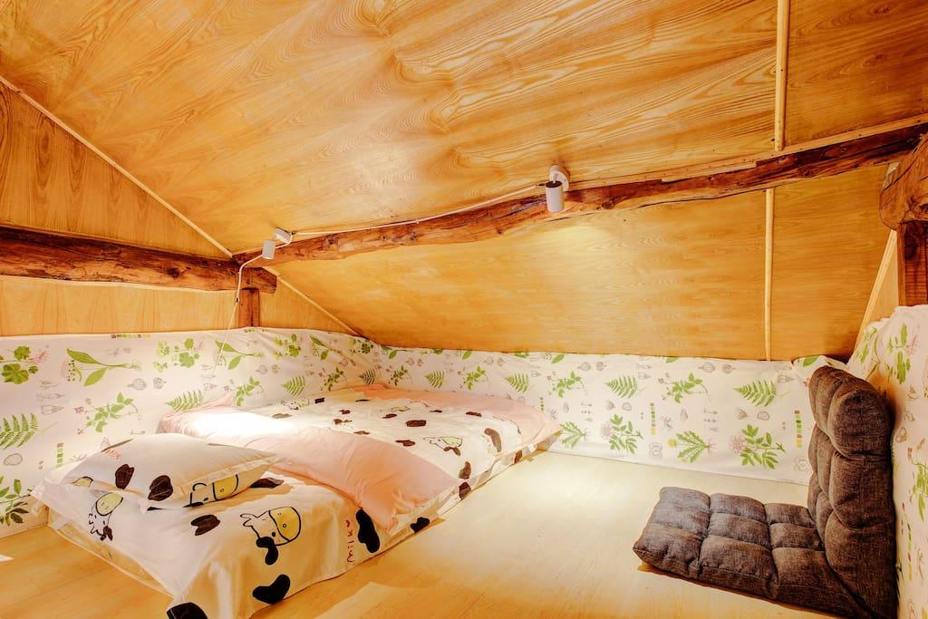 阁楼单人床。