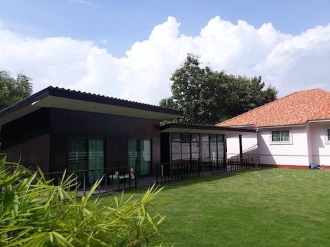 Dépendance moderne près de Chiang Rai avec potager