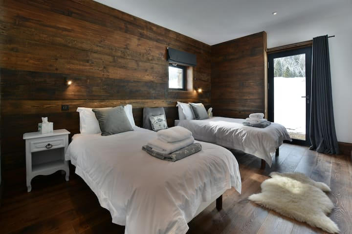 Stunning mountain-side chalet, breakfast included