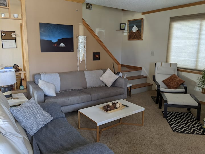 Cozy, private room with balcony in quaint mtn home