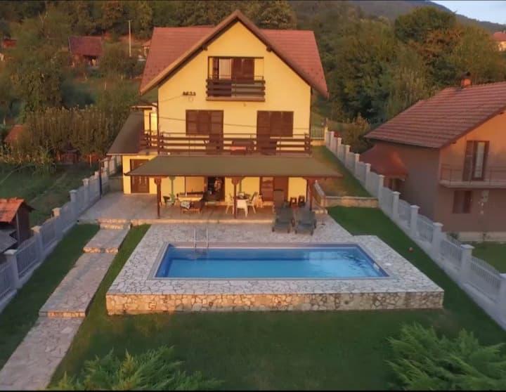 Kuća sa bazenom na reci Drini kod Banje Koviljače