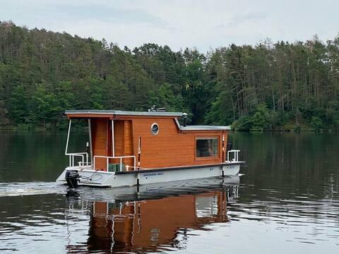 Hausbót zvaný Bertík z Orlíku Cosy houseboat Bert