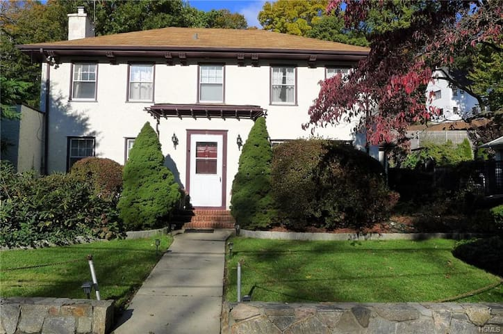 Spacious 4 BR in Scarsdale - very close to NYC!