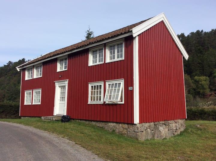 Gammelt hus med enkel standard. Vann/strøm. Utedo.