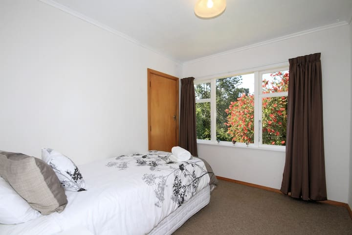 Third bedroom with King Single Bed and Single Roll Away Bed Available