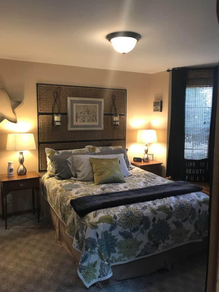 Delightful one bed/bath in upscale neighborhood.