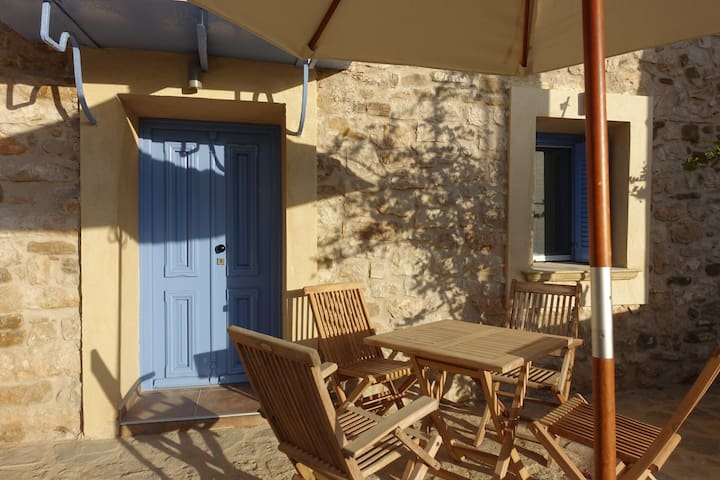 Loft in an old stone town house 500 m to the beach