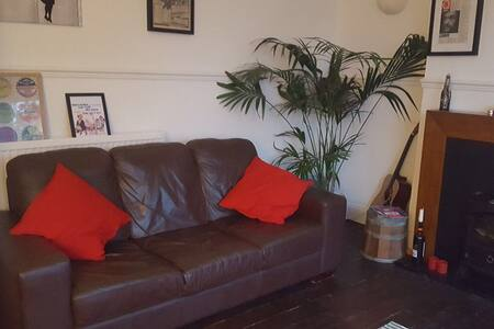 Westend 2 bedroom flat, free parking/wifi/cable!
