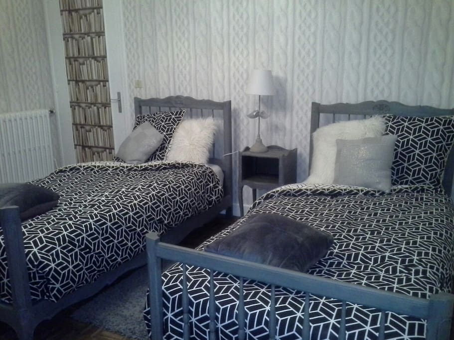 Chambre laine : 2 lits simples, couettes,  oreillers