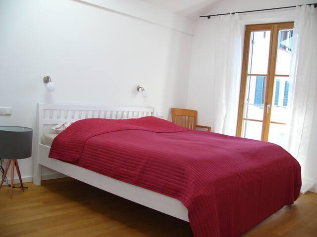 Das größere Zimmer mit Doppelbett und großem Schrank