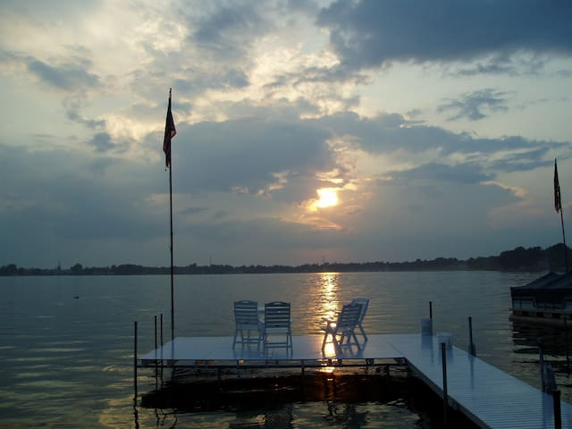 Sunset Cottage on Syracuse Lake, IN
