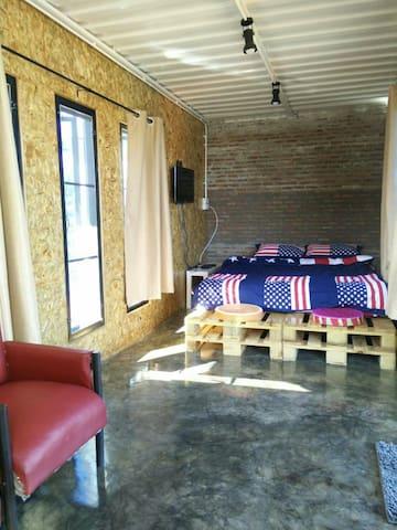 ห้องเตียงใหญ่ ชั้นบนมีระเบียงและมุม