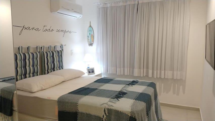 cama de casal no quarto suite