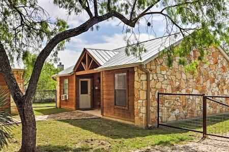 Inviting 1BR Lakehills Cabin - Lakehills