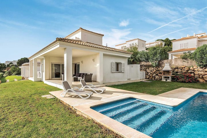 Spacious villa with great views over the town