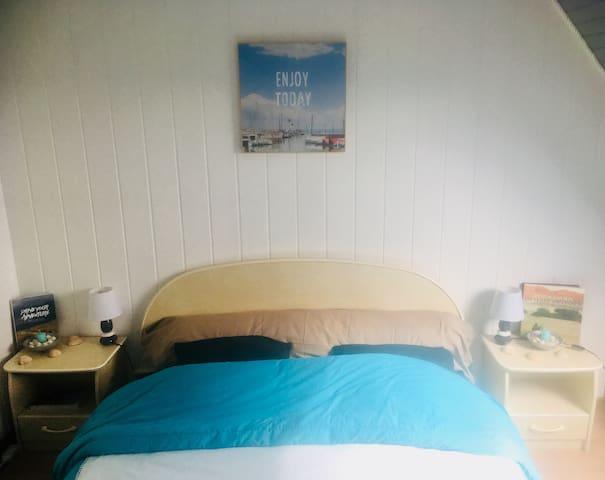 Grand lit king size avec matelas changé tout récemment très confortable d'après nos invités