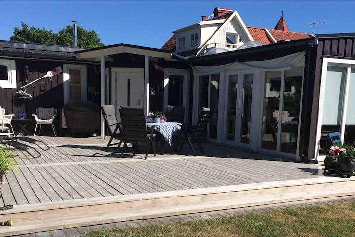 Gårdshus vid vattnet på Ängö. Kalmar