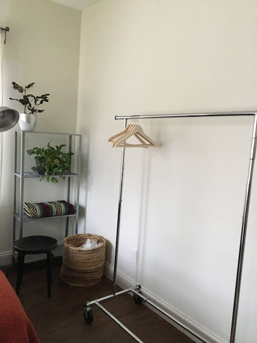 Rolling rack to hang clothing