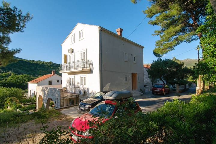 Cosy 2-floor studio in quiet area, 300 m from the beach, parking and WI-FI