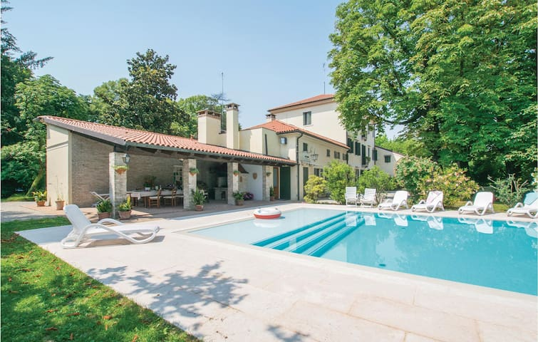 Semi-Detached with 6 bedrooms on 600m² in Silea -TV-